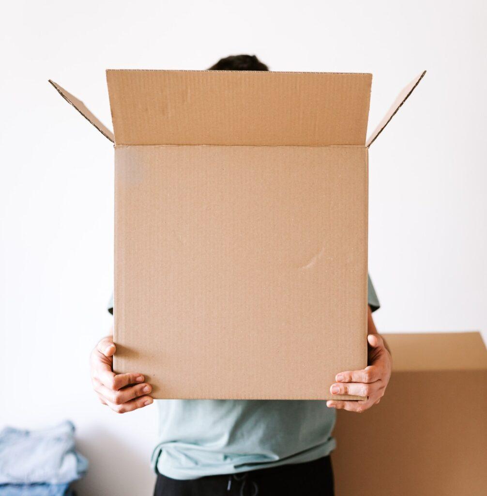 Man håller i en låda